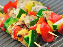Jak zrobić szaszłyki z grilla w aromatycznej ziołowej marynacie?