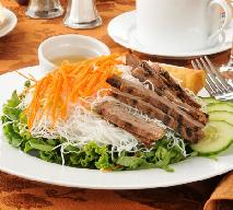 Surówki do pieczonego mięsa: 2 pomysłowe przepisy