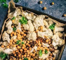 Kalafior pieczony z ciecierzycą: pyszne danie wegetariańskie