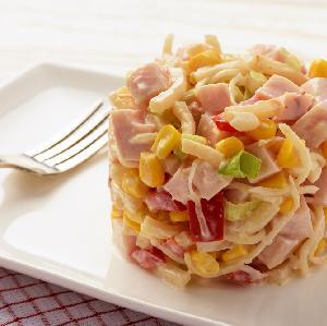 Sałatka z marynowanego selera, kukurydzy, szynki i jogurtu
