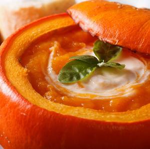 Zupa jarzynowa z indykiem podawana w dyni