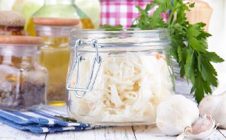 Młoda kapusta kwaszona z czosnkiem: rześka surówka obiadowa z lodówki