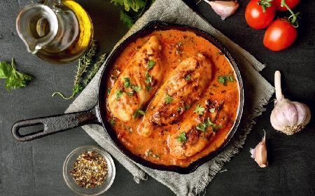 Przepyszna pierś z kurczaka zapiekana z mascarpone, pomidorami i zielonym groszkiem