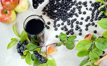 Sok z aronii na zimę gotowany z liśćmi wiśni [przepis]
