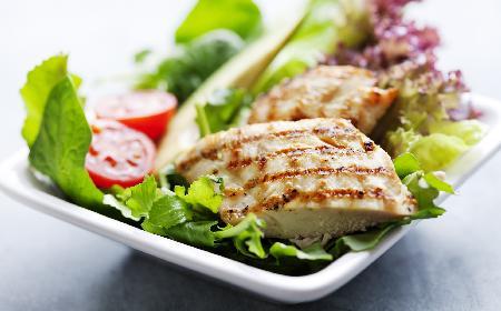 Śródziemnomorska sałatka z kurczaka - dla tych, co na diecie i nie tylko!