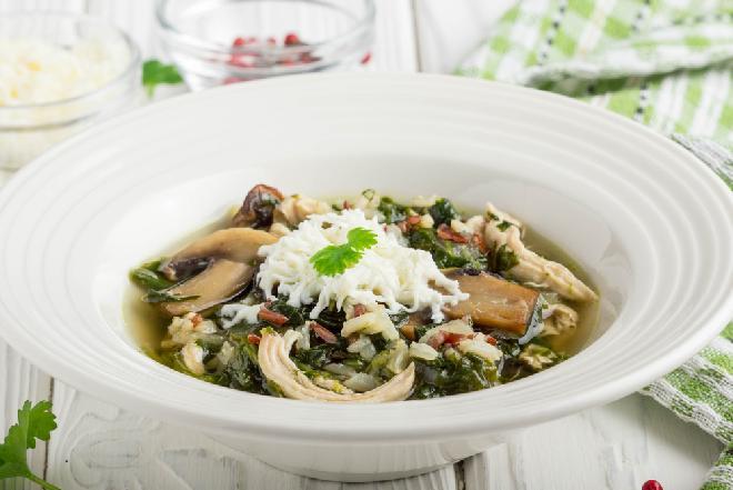 Pyszna zupa fit z kurczakiem, pieczarkami i serem feta: pożywna i zdrowa