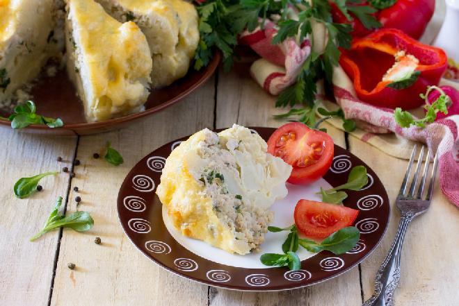 Kalafior pieczony w całości nadziewany mięsem mielonym
