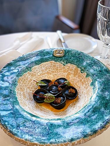 Czarne pierożki z trzema rodzajami ryb, ciepła przystawka, restauracja Kanapa
