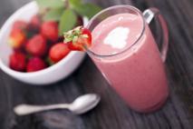 Szybki shake truskawkowy na letnie upały: jak zrobić?