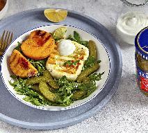 Grillowany ser halloumi z brzoskwiniami, korniszonami i sosem chrzanowym