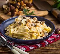 Tagliatelle z podgrzybkami i piersią kurczaka: przepis na super makaron z grzybami leśnymi