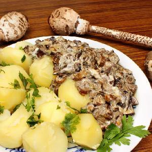 Młode kanie duszone z jajkiem: pyszny sos do ziemniaków
