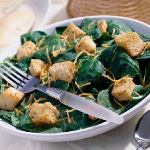 Sałatka ze szpinaku z grzankami