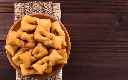 Faworki z ziemniaków: przepis na przekąskę imprezową