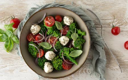 Brokułowa sałatka z pomidorami i mozzarellą - po prostu pychota!