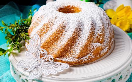 Puszysta babka na kremówce: przepis na ciasto bez masła