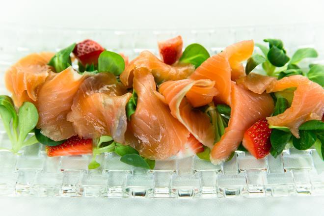Sałatka z truskawek, łososia i kopru włoskiego: sprawdzony przepis