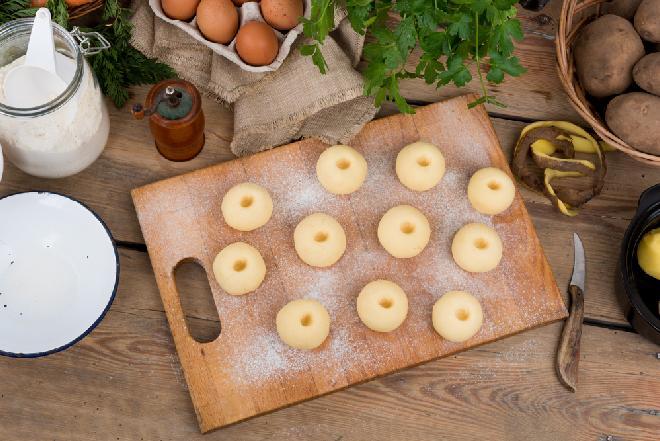 Kluski śląskie: tradycyjny przepis na domowe kluski