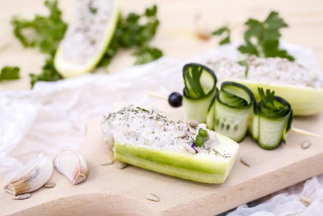 Cukinia z twarożkiem na ciepło: pomysł na lekki posiłek