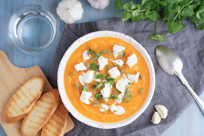 Kremowa zupa dyniowa z serem feta: syci i rozgrzewa