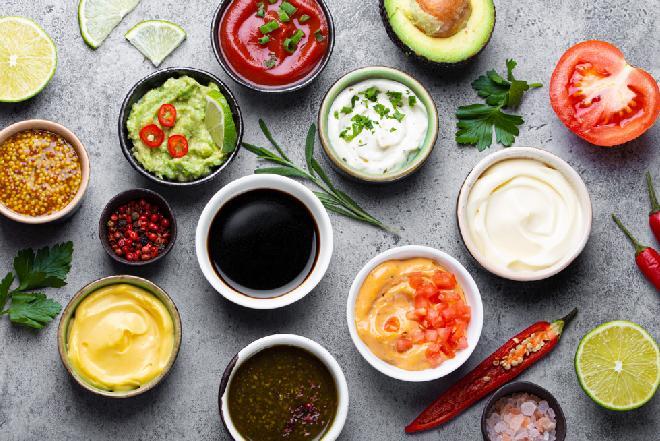 Domowe majonezy i sosy: najlepsze przepisy na sosy do jaj i zimnych mięs