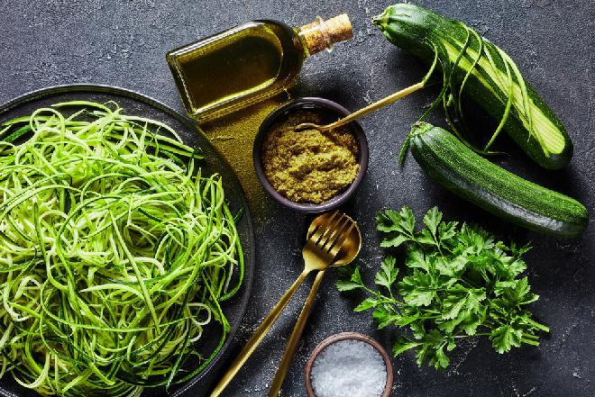 Cukiniowe spaghetti z pesto: dietetyczny obiad z cukinii w 10 minut