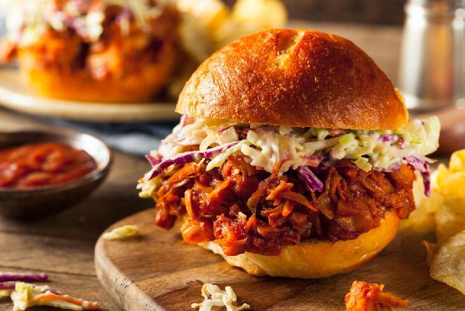 Jackfruit jak szarpana wołowina: przepis jak ugotować owoc chlebowca z puszki