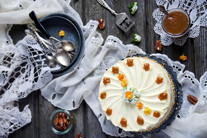 Tort orzechowy - przepis na szybkie, jesienne ciasto