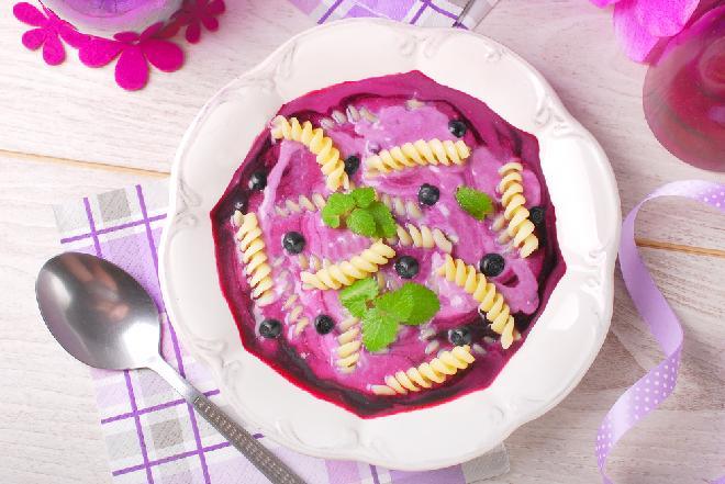Makaron z serem i owocami jagodowymi: przepis na kluski z twarogiem i mrożonymi owocami