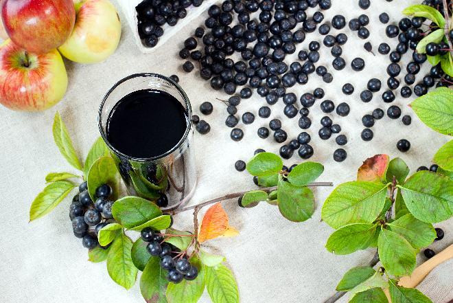 Sok z aronii na zimę gotowany z liśćmi wiśni [przepis+WIDEO]
